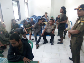Petugas Satpol PP dan Dinas Sosial mendata gepeng dan pengemis yang terjaring razia.