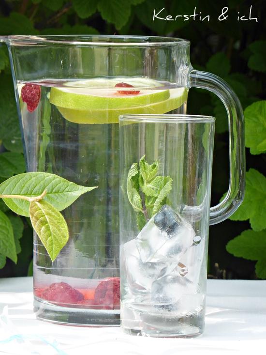 Infused Water mit Zitrone und gefrorenen Himbeeren