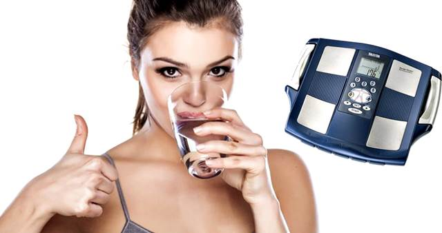 Los beneficios de tomar agua con relación a bajar de peso
