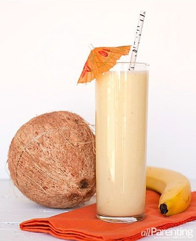 Pineapple Coconut Smoothie.  Keunikan dari smoothie ini adalah penambahan santan kelapa dan daging kelapa sebagai bahan utama smoothie.  Bahan: pisang, nanas, kelapa, santan kelapa.