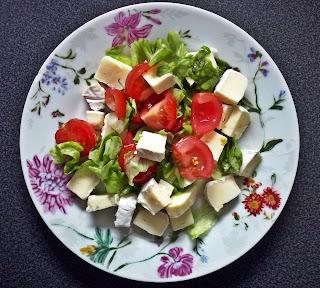 Sałatka z serem brie