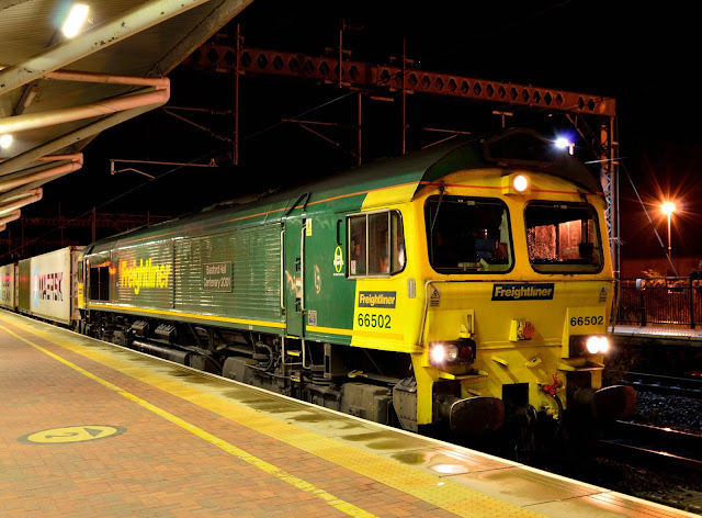 Night photo of Freightliner diesel locomotive Class 66502 standing in Rugby railway station in 2016