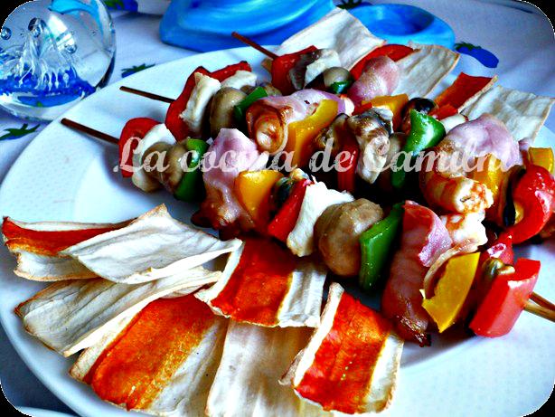 Brochetas de cazón y langostinos con chips de surimi (La cocina de Camilni)