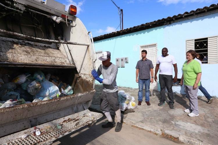 Garis ameaçam paralisar coleta de lixo caso não ocorra pagamento