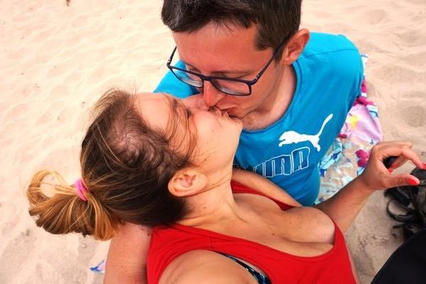 trzydziestoletnia kobieta całuje sięz mężem