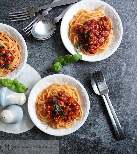 Pomidorowy makaron z sosem bolognese