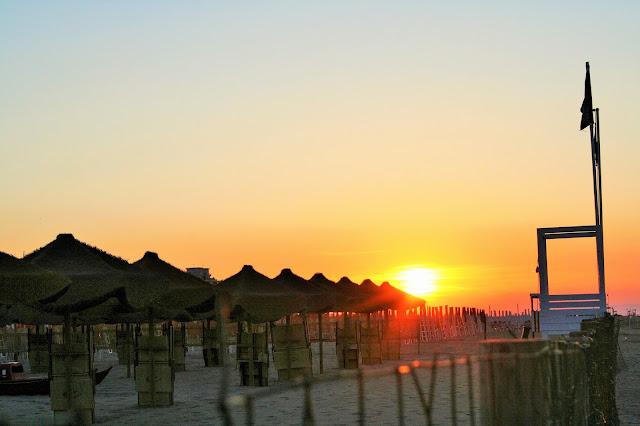spiaggia, sabbia, ombrelloni, sole, tramonto, imbrunire, cielo