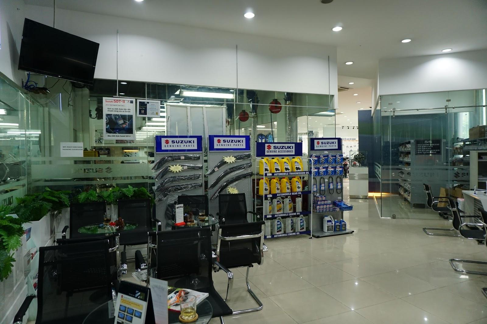 Khu vực trưng bày mặt hàng phụ kiện, phụ trợ cho xe Suzuki