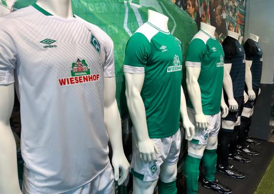 c2f9084a64 El Tercera Equipacion Camiseta Werder Bremen 2019 es de color gris claro  como predominante y presenta una secuencia de diamantes sobresaliendo de  detrás del ...