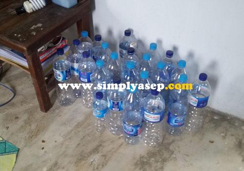 AIR MINERAL :  Tumpukan botol kosong air mineral sebagai contoh betapa kebutuhan air minum yang sehat dan masak menjadi prioritas.  Foto Asep Haryono