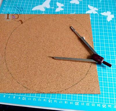 Dibujando-el-circulo-para-hacer-un-salvamanteles-pirograbado-ideadoamano