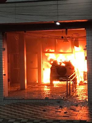 Agência do Bradesco de Carpina pega fogo após ser invadida por carro