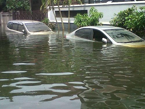 Ilustrasi Mobil Kebanjiran