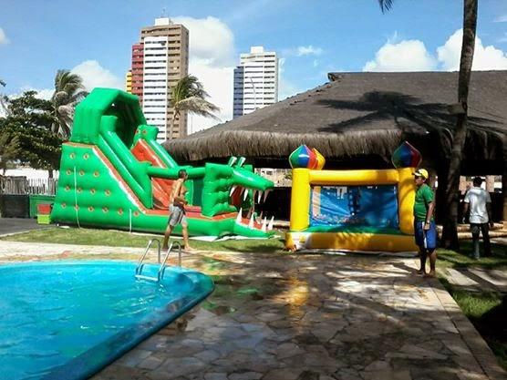 foto de um tobogã e piscina de bolinhas