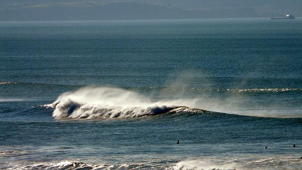 surfista mirando una ola sope