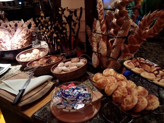 Pelbagai jensi roti yang disediakn untuk pilihan tetamu