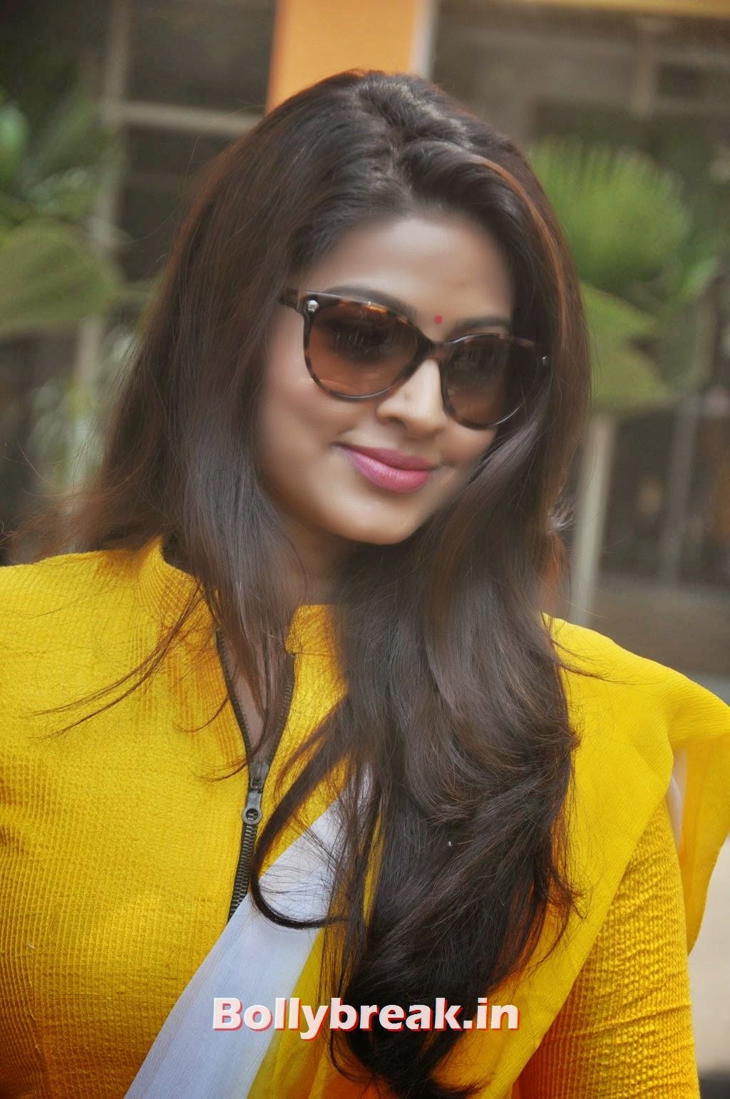 , Sneha in Yellow chudidar at Un Samaiyil Araiyil audio launch