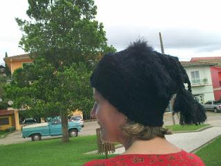 gorro/gola de trico na cor preta na cabeça de uma mulher