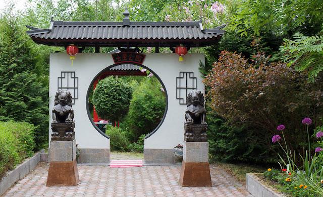 Leijonapatsaat vartioivat kiinalaisen puutarhan sisäänkäyntiä.