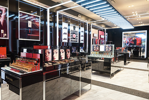 On Wednesday, November 1st, 2017, YSL Beauty opened the doors of its very first pop-up shop in Canada. The 1100-square-foot shop is housed in Square One shopping center until December 31st, 2017 right in time for the festive season.