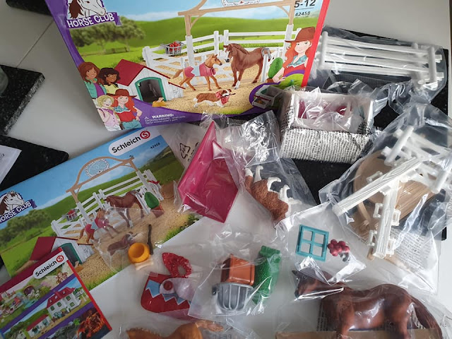 schleich-horse-club-hannahs-guest-horses-ruby-dog-contents