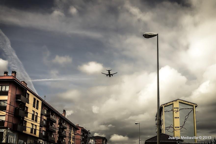 Avión sobrevolando Zamudio en descenso hacia el aeropuerto de Loiu