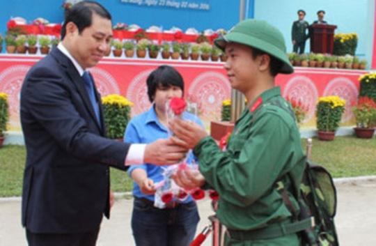 Chủ tịch UBND TP Đà Nẵng Huỳnh Đức Thơ tặng hoa chúc mừng thanh niên lên đường nhập ngũ