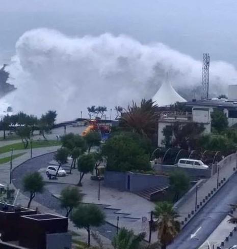 VIDEO: el huracán leslie esta tocando tierra en Portugal con enormes olas.