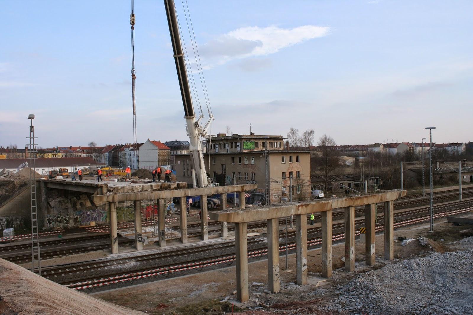 Die Brücke am 16. März 2015 - mehrere Teile über den Bahnschienen sind schon abgehoben - das letzte Teilstück wird gerade für den Kran vorbereitet