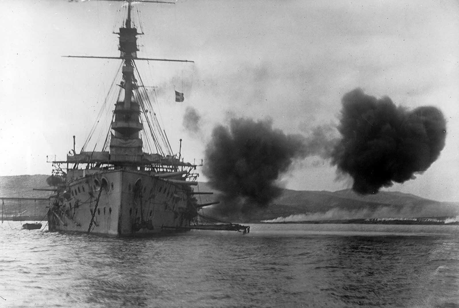 Evacuación de la bahía de Suvla, Dardanelos, Península de Gallipoli, en enero de 1916. La campaña de Gallipoli fue parte de un esfuerzo aliado para capturar la capital otomana de Constantinopla (la actual Estambul). Después de ocho sangrientos meses en la península, las tropas aliadas se retiraron derrotadas, bajo la protección del fuego del mar.