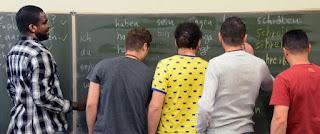 Беженцев в Германии направляют в школу