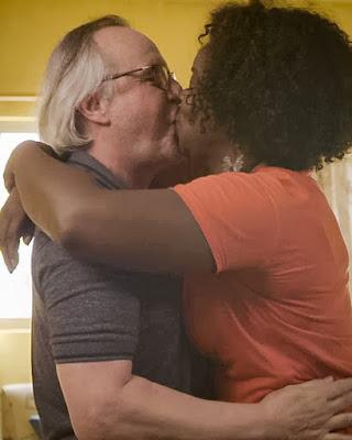 César (Tato Gabus Mendes) e Vânia (Olívia Araújo) se beijam, em 'Malhação - Toda Forma de Amar' — Foto: Globo