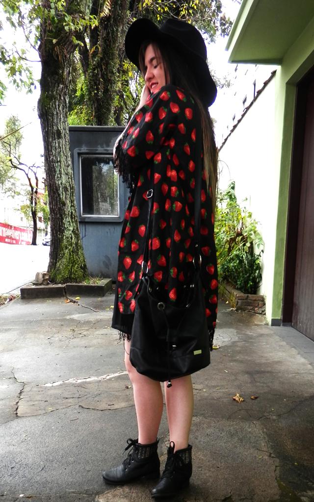 Look: Kimono cardigan com franja com chapéu fedora