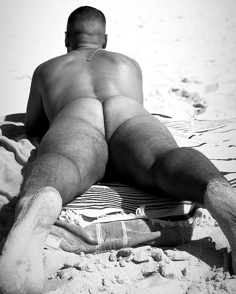 BodieS, BeacH and SanD, by Victorio ft Mika de Bordeaux (NSFW).