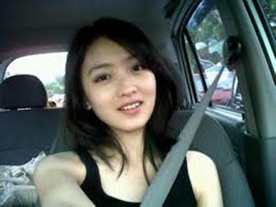 Natasha Wilona tersenyum dalam mobil