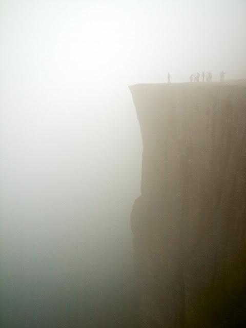 La niebla cubre el Preikestolen