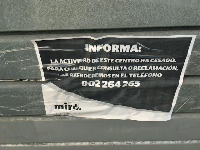 Cartel colocado en la persiana de Miró en Megapark