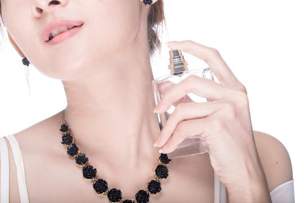 Hindari Cara Menggunakan Parfum yang Salah dan Keliru Berikut Ini!