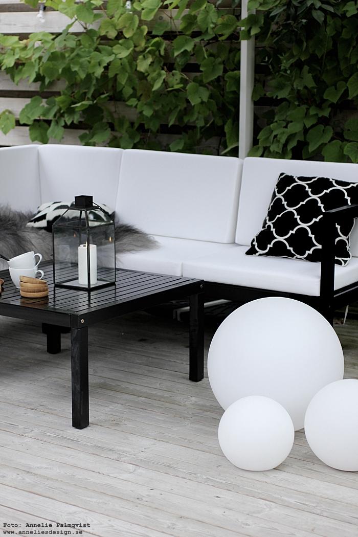 webbutik, annelies design, uteplats, trädäck, trädgård, lounge, loungegrupp, parasoll, fyrkantigt, utemöbler, soffa, altan, inredning, fårskinn, moodlite, ljusboll, ljusbollar, ljuslykta, lykta, house doctor, parasoll, svart och vitt, svartvit, vit, mysbelysning, belysning