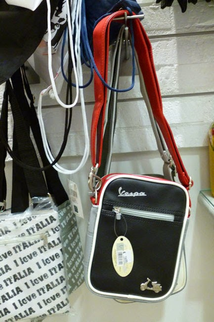 Souvenirs em Roma: bolsa da marca Vespa