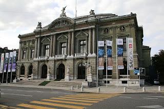 Vue de la façade principale du Grand Théâtre de Genève, donnant sur la place Neuve