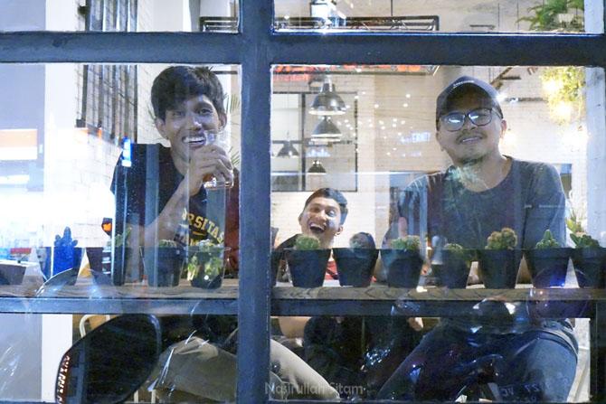 Berbincang santai dengan Mas Yudi (owner kedai), di belakang terlihat Hanif (insanwisata.com)