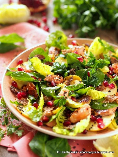 salatka szpinakowa, szpinak, salatka z ryba, pstrag lososiowy, danie na kolacje, pyszny lunch, zdrowo i kolorowo,