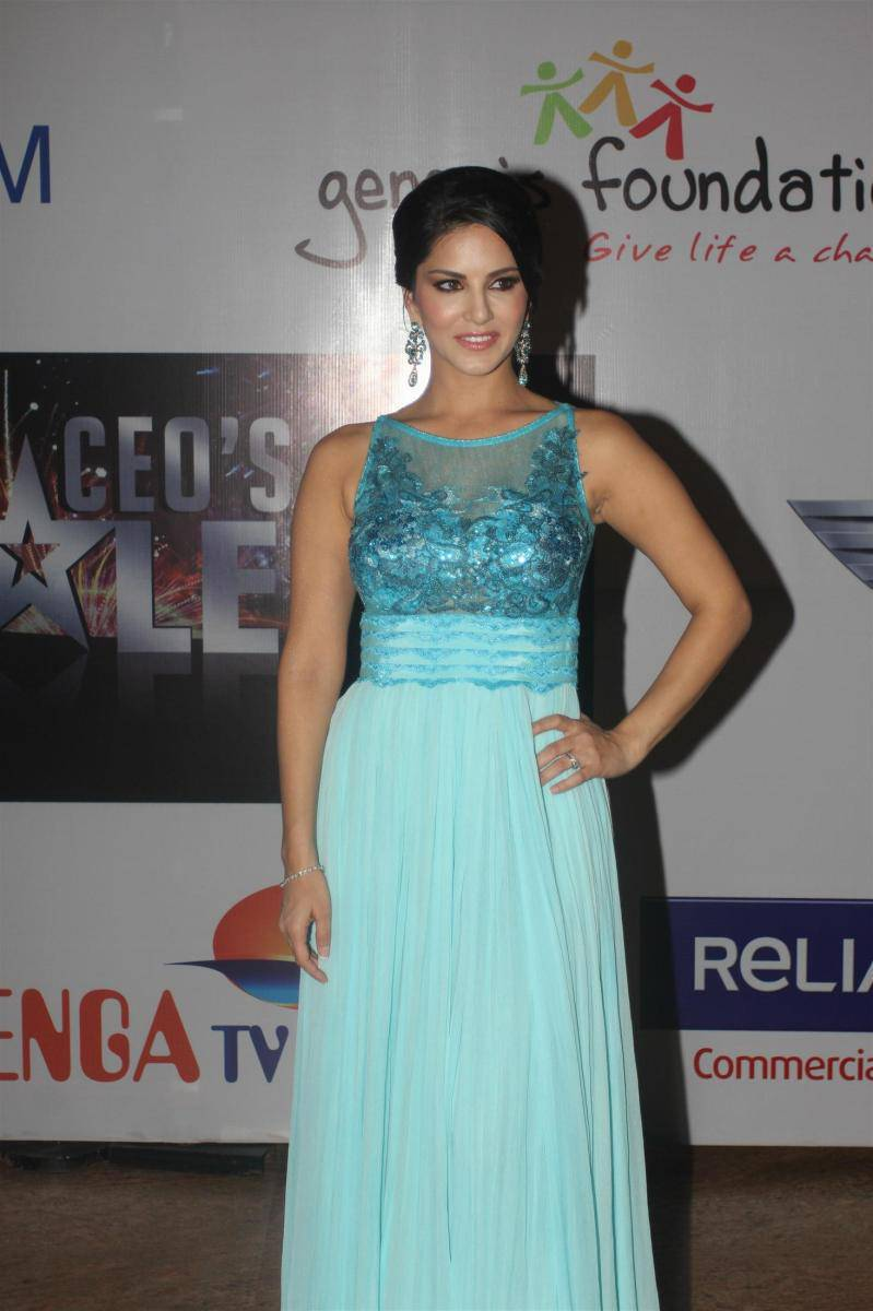 Bollywood Actress Sunny Leone Hot In Sleeveless Blue Dress At Movie Promotion