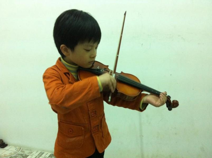Trẻ em tập chơi đàn violin
