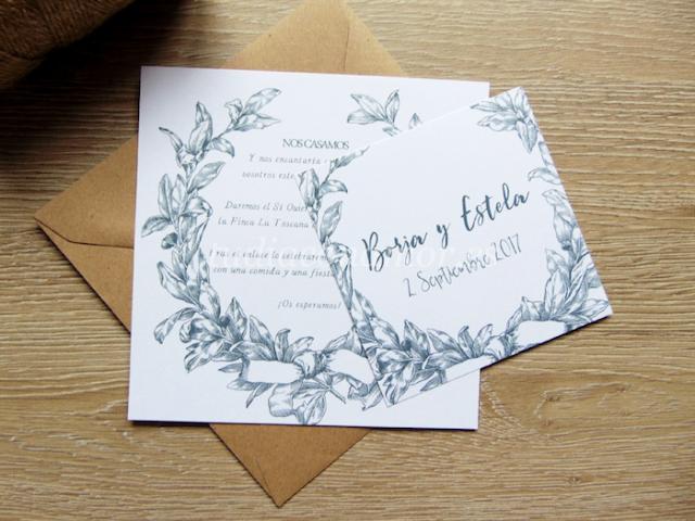 Una invitación bonita y elegante con corona de laurel dibujada de estilo clásico