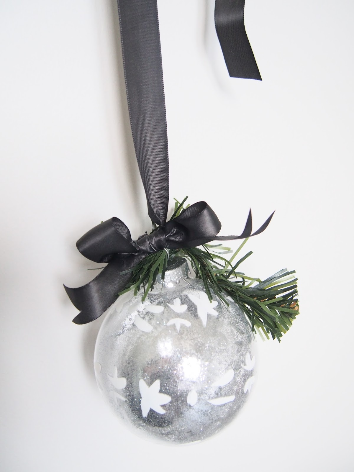 joulupallo silkkinauhalla