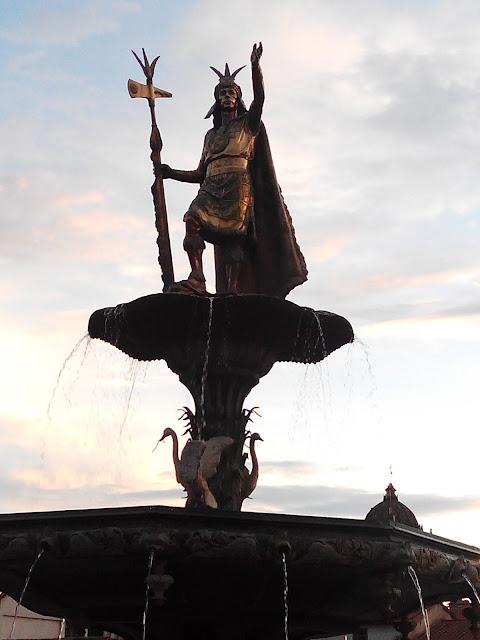 Monumento en Plaza de Armas de Cuzco