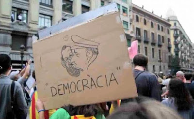 Pancarta con caricatura de Rajoy besando a Franco con la palabra Democracia escrito debajo durante la manifestación del 3 de octubre en Barcelona contra la violencia policial del 1 de octubre