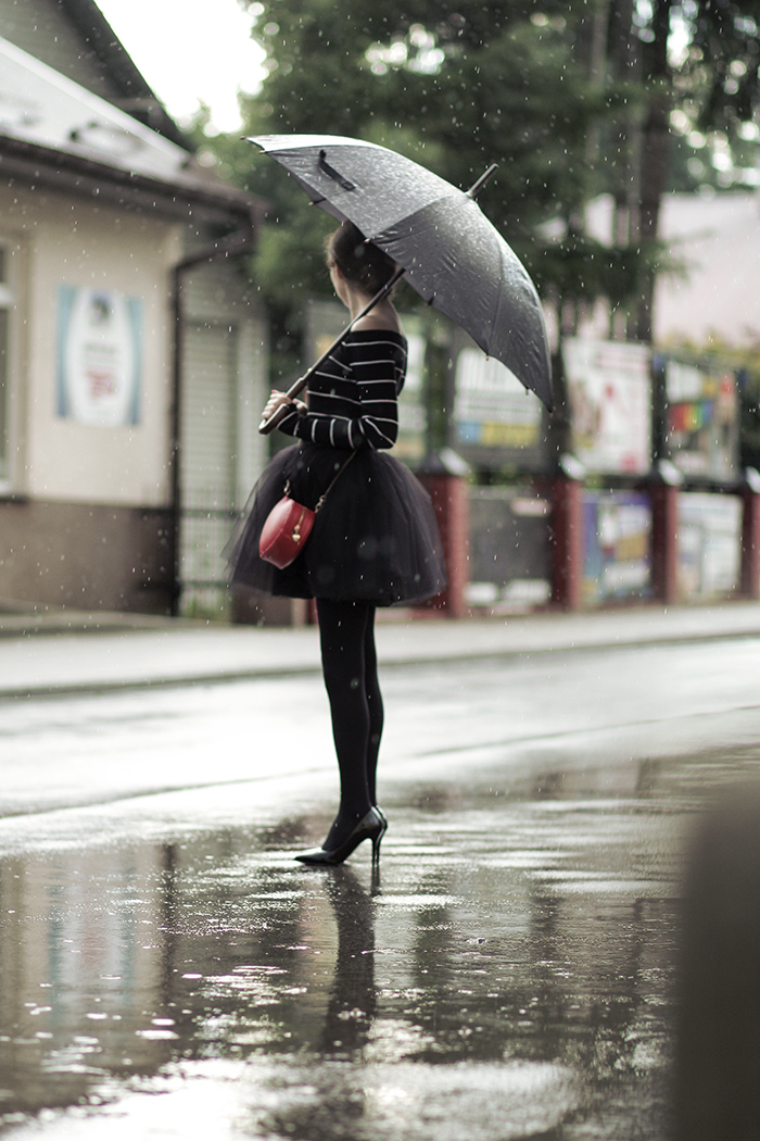 Tulle skirt, tulle, rain, rainy day, under my umbrella, off shoulder, tiulówka, tiulowa spódniczka, black swan